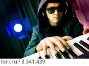 Купить «Музыкант с синтезатором на дискотеке», фото № 3341439, снято 11 февраля 2012 г. (c) Elnur / Фотобанк Лори