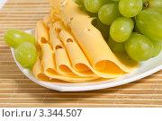 Купить «Зеленый виноград и сыр крупным планом», фото № 3344507, снято 13 февраля 2012 г. (c) Sea Wave / Фотобанк Лори