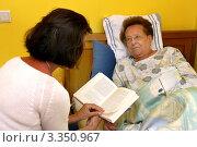 Купить «Дочь читает пожилой матери книгу», фото № 3350967, снято 16 сентября 2019 г. (c) Erwin Wodicka / Фотобанк Лори