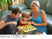 Купить «Семья играет в настольную игру», фото № 3351167, снято 23 марта 2019 г. (c) Erwin Wodicka / Фотобанк Лори