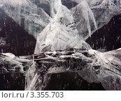 Узор трещин и темнота глубин. Стоковое фото, фотограф Евгений Толстихин / Фотобанк Лори