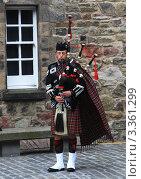 Купить «Шотландский волынщик. Эдинбург», фото № 3361299, снято 18 августа 2010 г. (c) Наталья Стаханова / Фотобанк Лори