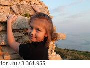 Улыбающийся ребенок на фоне камней и моря (2012 год). Стоковое фото, фотограф Павел Михеев / Фотобанк Лори