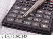 Купить «Ручка, калькулятор и тетрадь в клетку», фото № 3362243, снято 24 февраля 2012 г. (c) Ivan Korolev / Фотобанк Лори