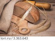 Натюрморт с пшеничными колосьями и буханкой хлеба. Стоковое фото, фотограф Олег Жуков / Фотобанк Лори