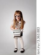 Девочка-школьница в очках. Стоковое фото, фотограф Юлия Гусакова / Фотобанк Лори