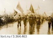 Купить «Старинное фото, люди на демонстрации», фото № 3364463, снято 29 февраля 2012 г. (c) Павел Лысенко / Фотобанк Лори