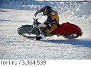 Купить «Гонщик на мотоцикле с шипами увеличивает скорость на выходе из поворота по ледовому спидвею», фото № 3364539, снято 27 января 2012 г. (c) Валерий Краснов / Фотобанк Лори