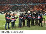 Купить «Группа спортивных фотографов на футбольном стадионе», фото № 3366963, снято 23 ноября 2011 г. (c) Валентин Лещименко / Фотобанк Лори