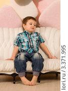 Малыш на диване (2012 год). Редакционное фото, фотограф Сергей Высоцкий / Фотобанк Лори