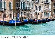 Гондолы на воде. Венеция, Италия (2011 год). Стоковое фото, фотограф Юрий Брыкайло / Фотобанк Лори