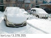 Купить «Заснеженные автомашины во дворе», фото № 3378355, снято 29 февраля 2012 г. (c) Королевский Василий Федорович / Фотобанк Лори