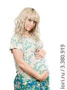 Купить «Красивая беременная блондинка в светлом платье на белом фоне», фото № 3380919, снято 5 июня 2010 г. (c) Сергей Сухоруков / Фотобанк Лори