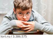 Купить «Уставший мальчик сидит на стуле  со стопкой книг», эксклюзивное фото № 3386575, снято 23 марта 2012 г. (c) Игорь Низов / Фотобанк Лори