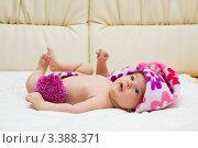 Новорождённый ребёнок лежит в шапочке и смотрит. Стоковое фото, фотограф Костырина Елена / Фотобанк Лори