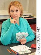 Купить «Женщина планирует семейный бюджет», фото № 3388747, снято 27 марта 2012 г. (c) Надежда Глазова / Фотобанк Лори