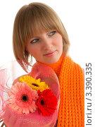 Девушка в оранжевом шарфе с букетом ярких цветов. Стоковое фото, фотограф Алла Ушакова / Фотобанк Лори