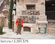 Купить «Турист на фоне  башни с часами театра марионеток Резо Габриадзе.Тбилиси, Грузия», фото № 3391575, снято 8 января 2011 г. (c) Николай Коржов / Фотобанк Лори