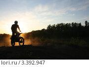 Мотокросс. В пыли закатного солнца. Стоковое фото, фотограф Татьяна Плешакова / Фотобанк Лори