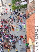 Купить «Гавана. Туристы смотрят театрализованное выступление уличных актеров», фото № 3397243, снято 18 декабря 2011 г. (c) Сергей Дубров / Фотобанк Лори