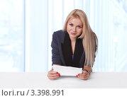 Молодая бизнес-леди с контрактом бумаги в руках на рабочем месте. Стоковое фото, фотограф Симон Герреро Ушаков / Фотобанк Лори