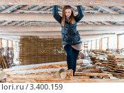 Купить «Красивая девушка стоит в сарае на брёвнах», эксклюзивное фото № 3400159, снято 27 марта 2012 г. (c) Игорь Низов / Фотобанк Лори