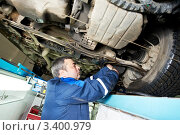 Купить «Автомеханик за работой», фото № 3400979, снято 31 марта 2012 г. (c) Дмитрий Калиновский / Фотобанк Лори