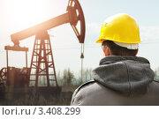 Купить «Рабочий на фоне нефтяной вышки», фото № 3408299, снято 23 октября 2011 г. (c) Vesna / Фотобанк Лори
