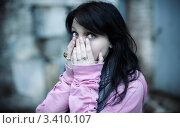 Купить «Девушка в страхе закрыла лицо руками», фото № 3410107, снято 14 октября 2011 г. (c) Vesna / Фотобанк Лори