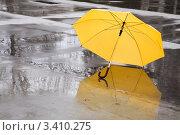 Купить «Желтый зонт валяется на асфальте», фото № 3410275, снято 2 апреля 2008 г. (c) Vesna / Фотобанк Лори