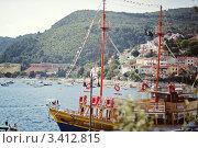 Корабль на фоне моря и гор (2011 год). Редакционное фото, фотограф Таисия Флягина / Фотобанк Лори
