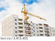 Купить «Подъёмный кран над строящимся домом», эксклюзивное фото № 3415455, снято 13 марта 2012 г. (c) Игорь Низов / Фотобанк Лори
