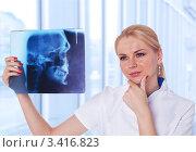 Врач смотрит на рентген пациента и думает. Стоковое фото, фотограф Симон Герреро Ушаков / Фотобанк Лори