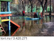 Затопленная детская площадка (2012 год). Редакционное фото, фотограф Роман Завьялов / Фотобанк Лори