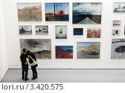 Купить «На выставке фотографий в рамках Фотобиеннале 2012 в Московском доме фотографии на Остоженке», эксклюзивное фото № 3420575, снято 8 апреля 2012 г. (c) Николай Винокуров / Фотобанк Лори
