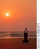 Купить «Занятия йогой на закате. Силуэт мужчины», фото № 3420671, снято 25 января 2012 г. (c) Victoria Demidova / Фотобанк Лори