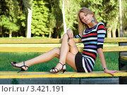 Купить «Длинноногая симпатичная блондинка сидит на скамейке в летнем парке», фото № 3421191, снято 15 июля 2010 г. (c) Сергей Сухоруков / Фотобанк Лори