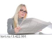 Купить «Девушка в очках изучает газету», фото № 3422991, снято 21 мая 2011 г. (c) Elena Monakhova / Фотобанк Лори