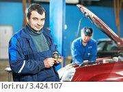 Купить «Автомеханик ремонтирует автомобиль», фото № 3424107, снято 31 марта 2012 г. (c) Дмитрий Калиновский / Фотобанк Лори