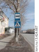 Знак пешеходного перехода и автобусной остановки. Стоковое фото, фотограф Лев Соловьев / Фотобанк Лори