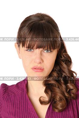 Портрет расстроенной девушки на белом фоне