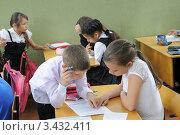 Купить «Помогая друг другу ученики выполняют задание. Урок математики», фото № 3432411, снято 11 апреля 2012 г. (c) Федор Королевский / Фотобанк Лори