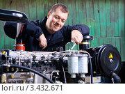 Купить «Улыбающийся механик за работой», фото № 3432671, снято 28 февраля 2008 г. (c) Эдуард Стельмах / Фотобанк Лори