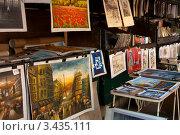 Купить «Уличная торговля картинами в Париже», фото № 3435111, снято 29 сентября 2011 г. (c) katalinks / Фотобанк Лори