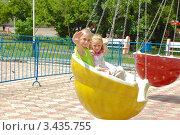 Купить «Дети катаются на карусели в парке», фото № 3435755, снято 20 июня 2010 г. (c) Елизавета Александрова / Фотобанк Лори