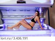 Купить «Красивая девушка в черном купальнике в солярии», фото № 3436191, снято 7 ноября 2010 г. (c) Андрей Попов / Фотобанк Лори