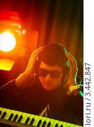 Купить «Музыкант в наушниках с синтезатором в студии», фото № 3442847, снято 11 февраля 2012 г. (c) Elnur / Фотобанк Лори