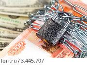 Купить «Крупная сумма в рублях перевязана цепью с замком», фото № 3445707, снято 8 ноября 2011 г. (c) ElenArt / Фотобанк Лори
