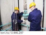 Купить «Два механика в шахте лифта», фото № 3446247, снято 19 марта 2012 г. (c) Дмитрий Калиновский / Фотобанк Лори