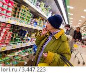 Купить «Пожилая женщина возле полок с йогуртом», эксклюзивное фото № 3447223, снято 1 апреля 2012 г. (c) Вячеслав Палес / Фотобанк Лори